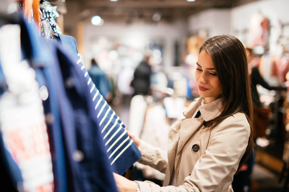 Musik in Bekleidungsgeschäften - Frau beim Einkaufen