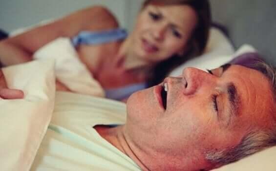 Schlafapnoe - Frau neben schlafendem Mann