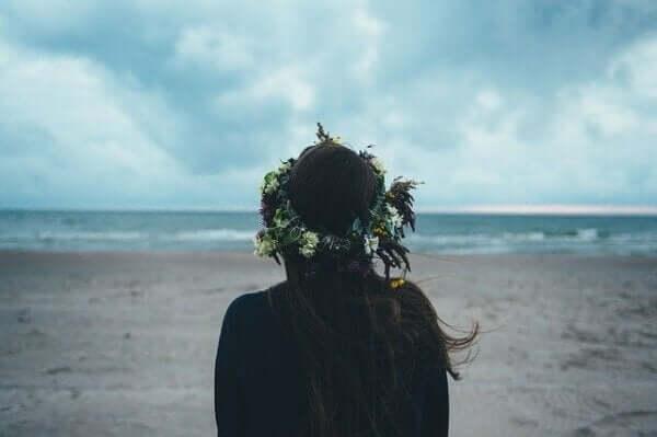 eigene Gesellschaft genießen - Frau am Strand