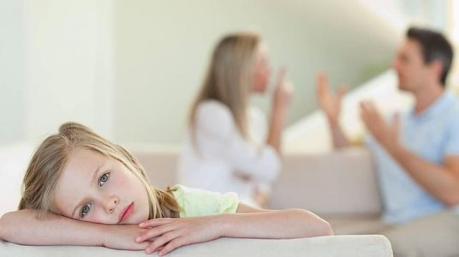 mit deinem Partner- Eltern streiten vor ihrem Kind