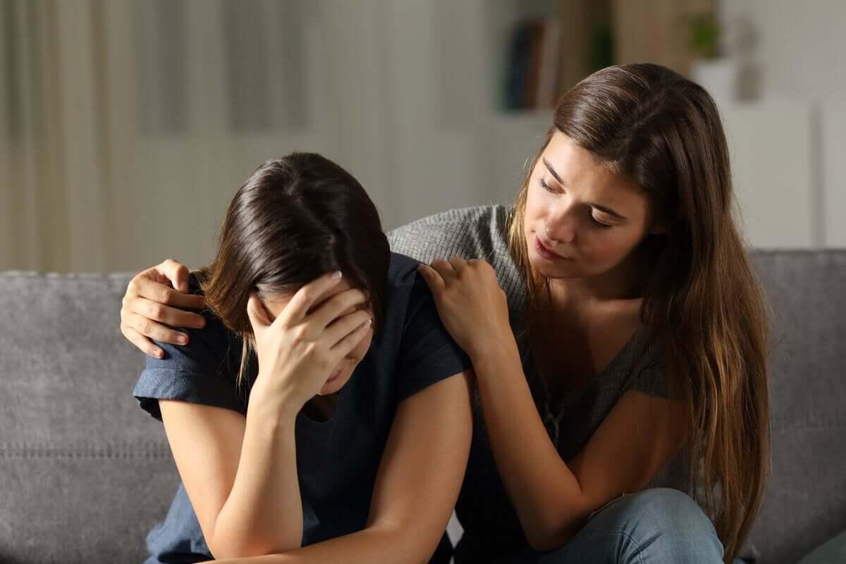 Beileid aussprechen - Frau tröstet eine Freundin