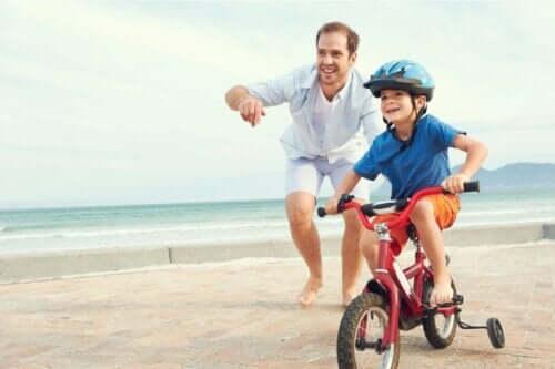 Emotionale Geschenke - Vater mit Sohn beim Fahrradfahren