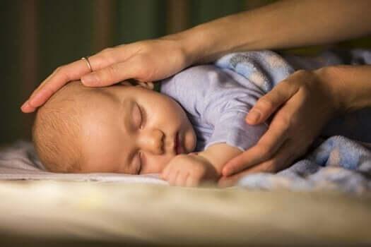 Kinästhetische-Kommunikation - Mutter berührt Baby
