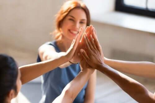 Kontakte mit anderen - Freunde halten Hände aneinander