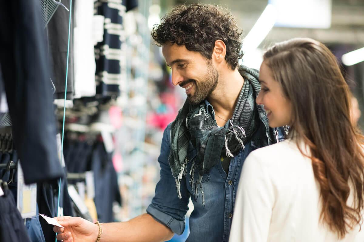 Musik in Bekleidungsgeschäften - Paar beim Einkaufen