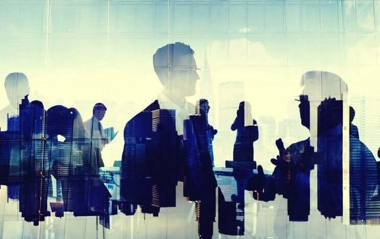 Persönlichkeitstests - Skyline und Menschen