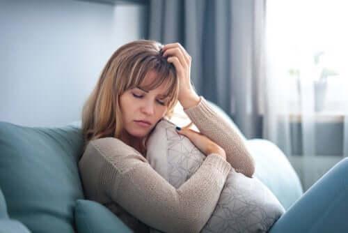 toxische Beziehung - Frau auf einem Sofa
