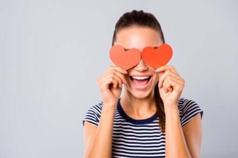 Herzen vor den Augen ist wie jemanden auf ein Podest stellen