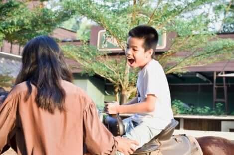 Kind bei pferdegestützter Therapie