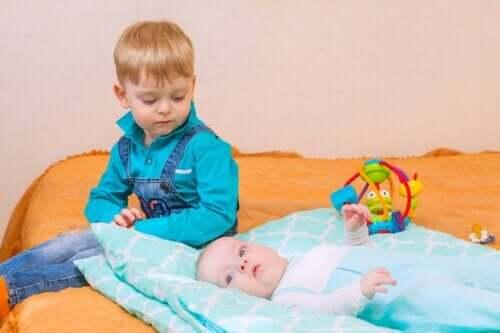 Eifersucht bei Kindern - zwei Geschwister