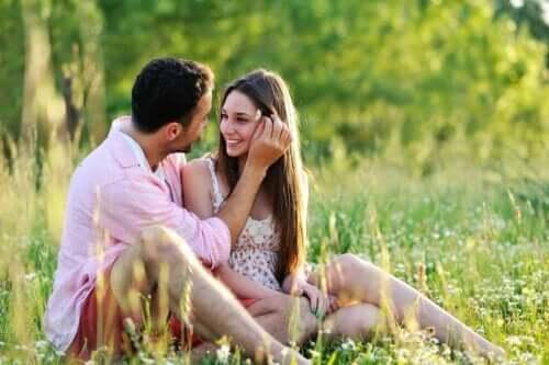 Fakten über die Liebe - Paar auf einer Wiese