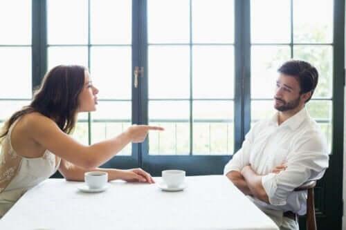 Feindseligkeit - Frau schreit Mann an