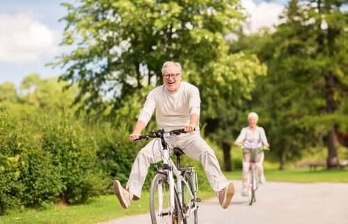 Altersfreundliche Städte - Paar fährt Fahrrad