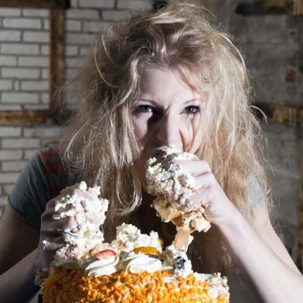 Warum isst du mehr - Frau isst Torte mit den Händen