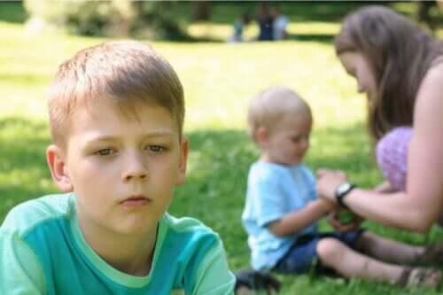 Eifersucht bei Kindern - älterer Junge ist eifersüchtig auf Kleinkind