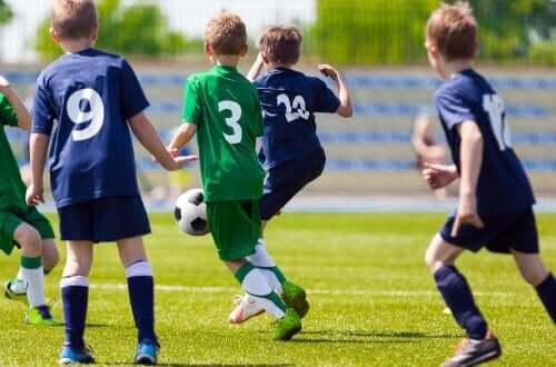 Mannschaftssport - Kinder beim Fußballspielen