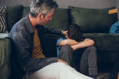 -Mit einem Kind über den Tod sprechen - Vater tröstet seinen Sohn