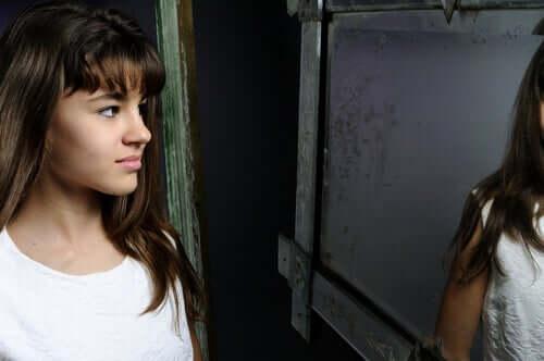 Prävention von Essstörungen - Mädchen vor dem Spiegel