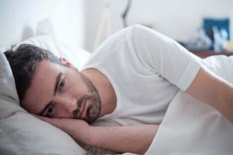Rückkehr zur Normalität - trauriger Mann im Bett