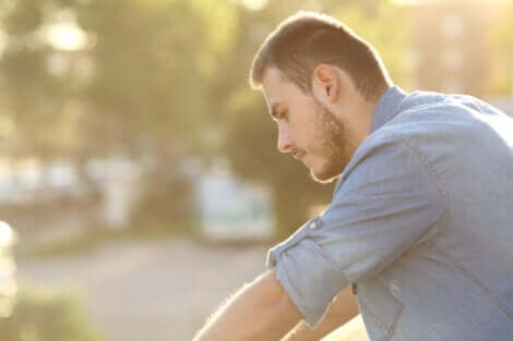 Unsicherheit und geringes Selbstwertgefühl - nachdenklicher Mann