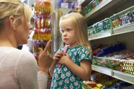 Verzogene Kinder - kleines Mädchen mit ihrer Mutter