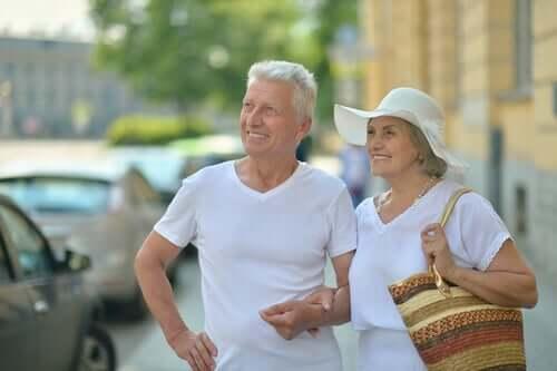 Altersfreundliche Städte - lächelndes Paar