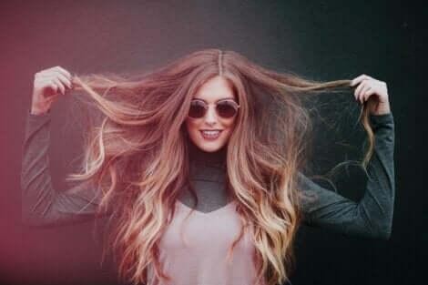 charismatische Persönlichkeit - Frau mit Sonnenbrille