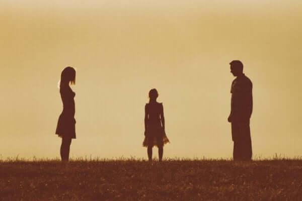 Sorgerecht - Mädchen steht vor den geschiedenen Eltern