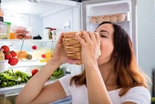 Warum isst du mehr - Frau mit Riesensandwich