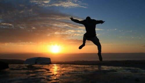 Ein Mensch, der vor Freude springt