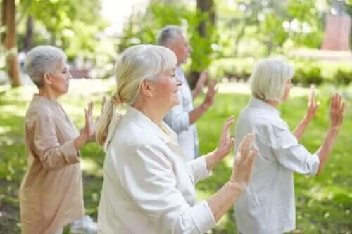 Eine Gruppe von Senioren, die Qigong üben