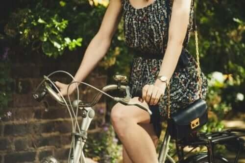 Eine Frau fährt mit dem Fahrrad