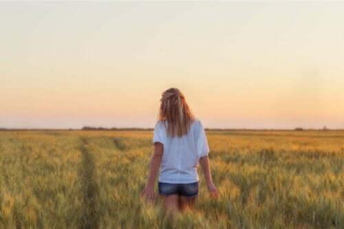 Eine Frau die beim Spazieren über ihren Wunsch nachdenkt