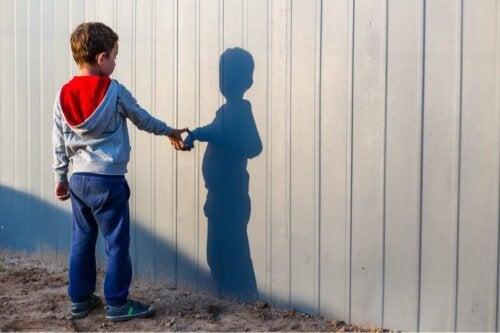 Ein Junge mit seinem Schatten