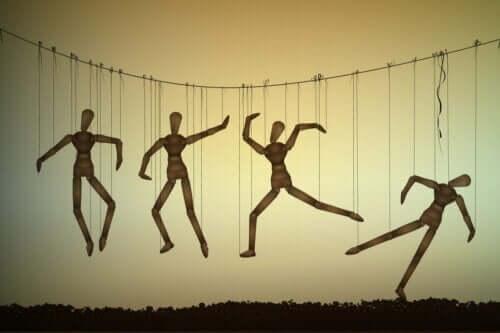 Dummies die an Schnüren hängen