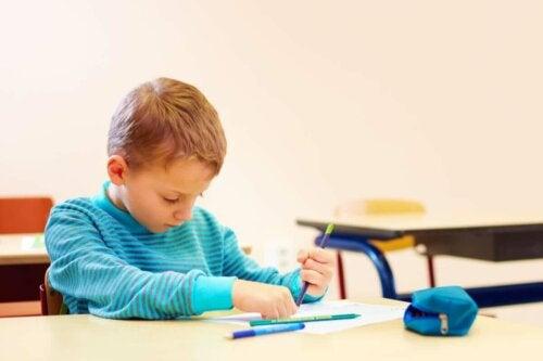 Ein Junge zeichnet
