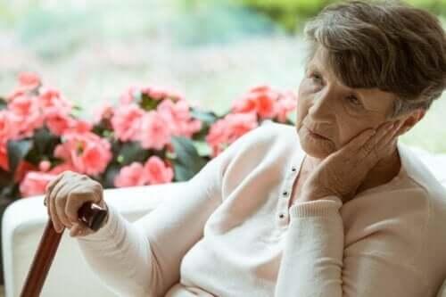 Die Symptome der Demenz beinhalten den Verlust oder die Schwächung der geistigen Fähigkeiten