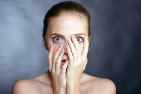 Funktion von Angst - Frau bedeckt ihr Gesicht