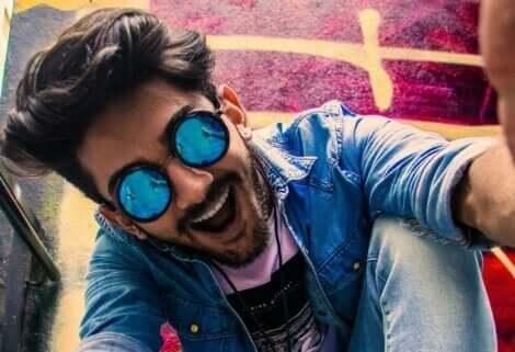 Hypomanie - Mann mit Sonnenbrille