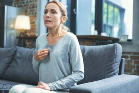 die Menopause - Frau mit Hitzewallungen