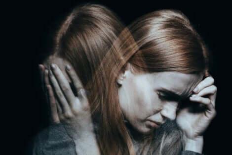 selbstverletzendes Verhalten - schizophrene Frau