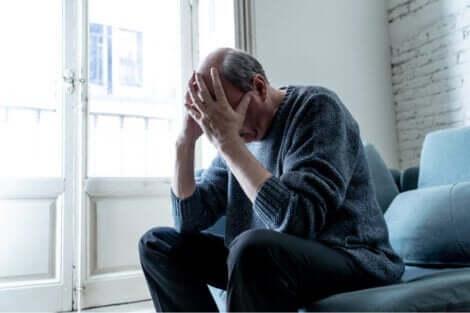 Akute Verwirrtheit - Mann hält Kopf in Händen