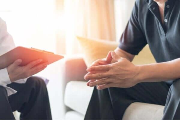 Panikstörungen - Mann bei Therapeut
