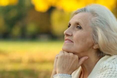 Studie über Optimismus - zufriedene ältere Dame