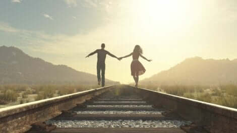 Unzufriedenheit in der Beziehung - Paar balanciert auf Schienen