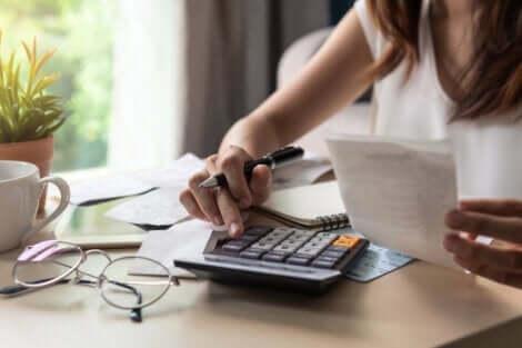 zwanghaftes Kaufen - Frau mit Taschenrechner