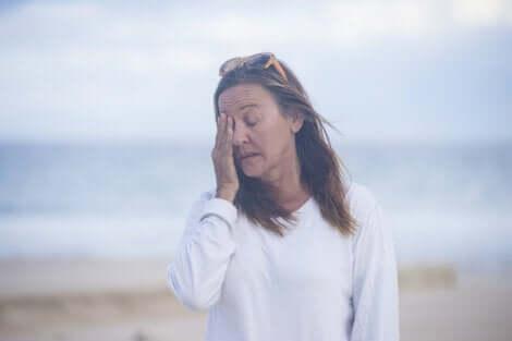 die Menopause - erschöpfte Frau am Strand