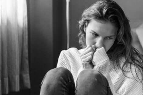 selbstverletzendes Verhalten - traurige Frau