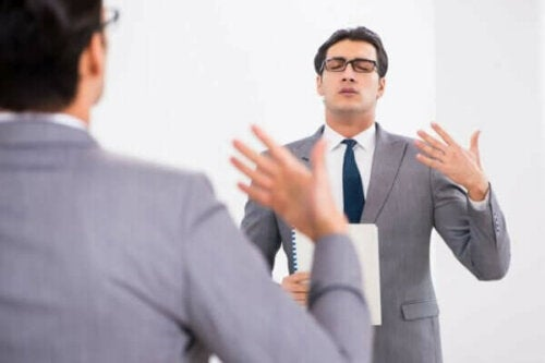 Ein Mann, der an seiner Sprachstörung arbeitet