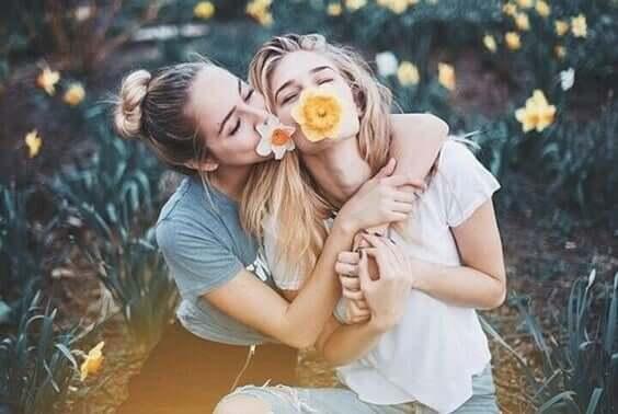 freundlich sein - zwei Frauen haben Spaß zusammen